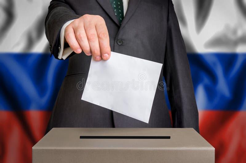 Избрание в России - голосующ на урне для избирательных бюллетеней стоковые изображения rf