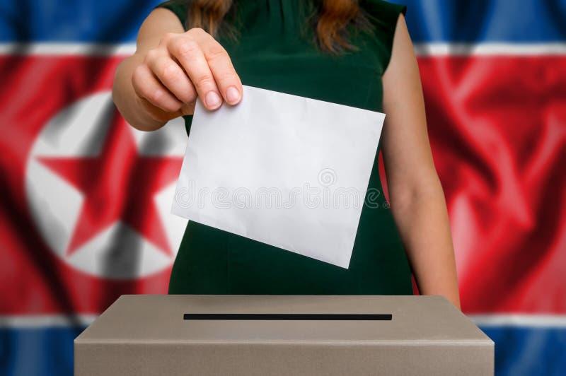 Избрание в Северной Корее - голосующ на урне для избирательных бюллетеней стоковые изображения rf