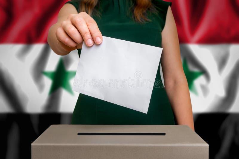 Избрание в Сирии - голосующ на урне для избирательных бюллетеней стоковые изображения