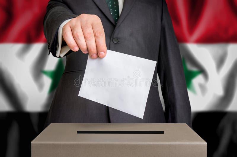 Избрание в Сирии - голосующ на урне для избирательных бюллетеней стоковое фото rf