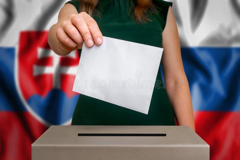 Избрание в Словакии - голосующ на урне для избирательных бюллетеней стоковые изображения rf
