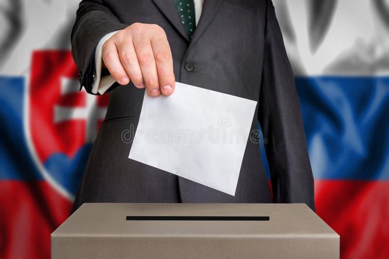 Избрание в Словакии - голосующ на урне для избирательных бюллетеней стоковая фотография rf