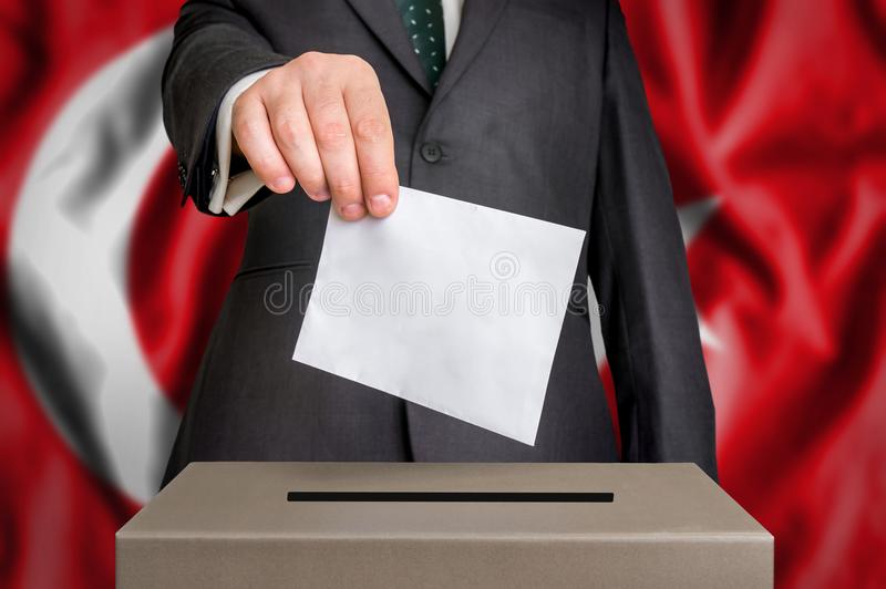 Избрание в Турции - голосующ на урне для избирательных бюллетеней стоковые изображения