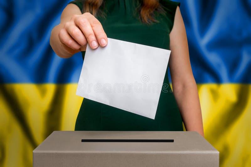 Избрание в Украине - голосующ на урне для избирательных бюллетеней стоковое изображение