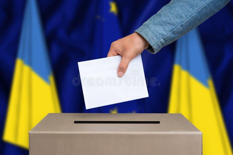 Избрание в Украине - голосующ на урне для избирательных бюллетеней стоковые фотографии rf