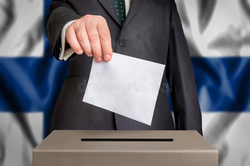 Избрание в Финляндии - голосующ на урне для избирательных бюллетеней стоковые фото