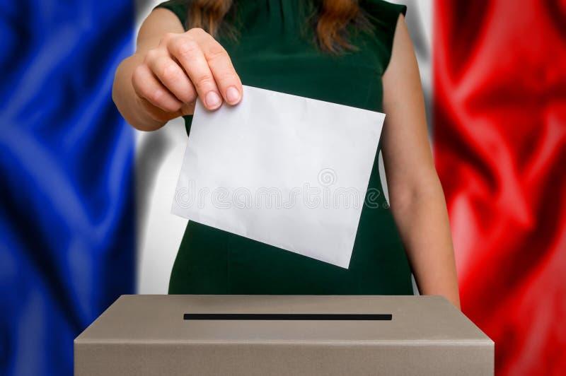 Избрание в Франции - голосующ на урне для избирательных бюллетеней стоковые фото