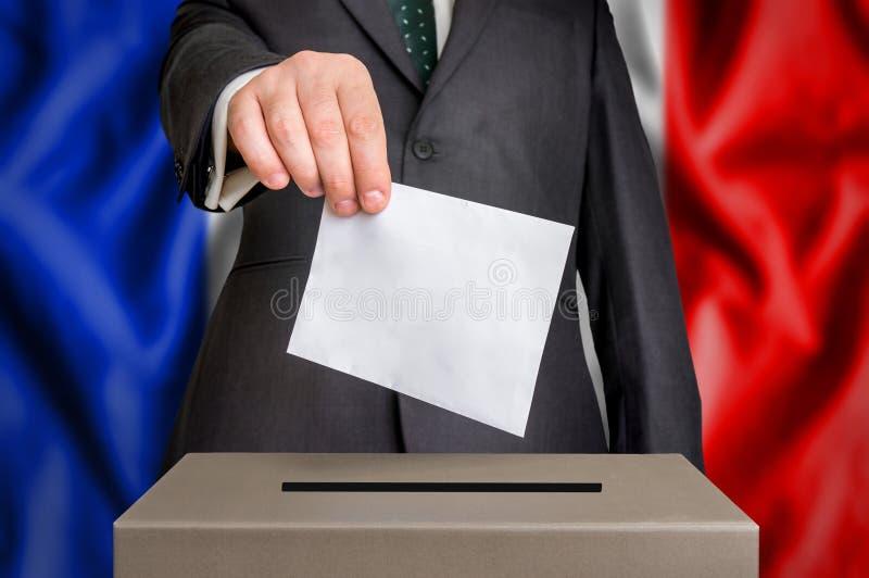 Избрание в Франции - голосующ на урне для избирательных бюллетеней стоковые изображения