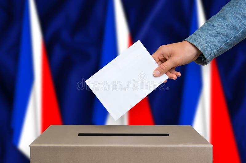 Избрание в Франции - голосующ на урне для избирательных бюллетеней стоковое изображение rf