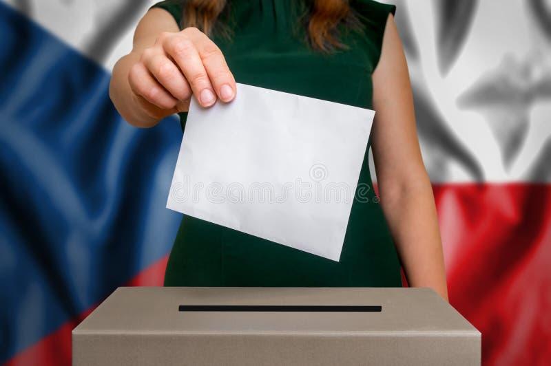 Избрание в чехии - голосующ на урне для избирательных бюллетеней стоковые изображения
