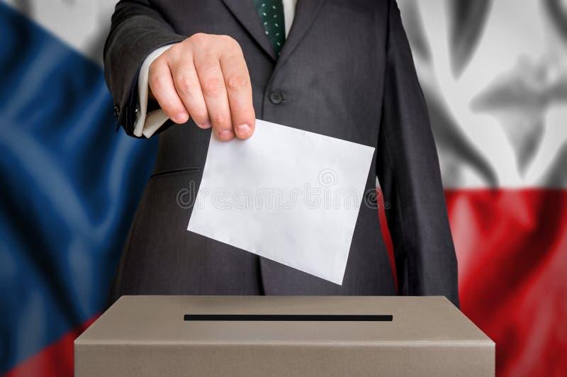 Избрание в чехии - голосующ на урне для избирательных бюллетеней стоковое изображение