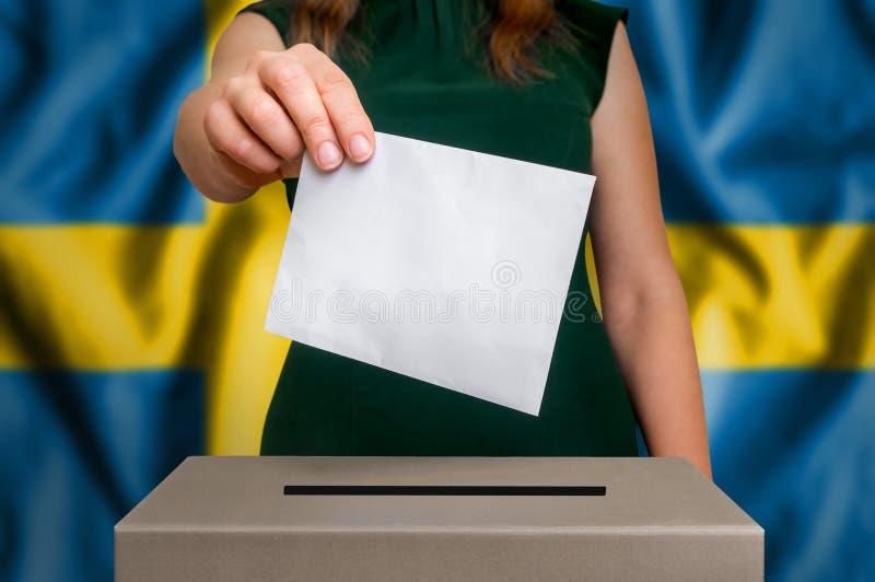 Избрание в Швеции - голосующ на урне для избирательных бюллетеней стоковое изображение