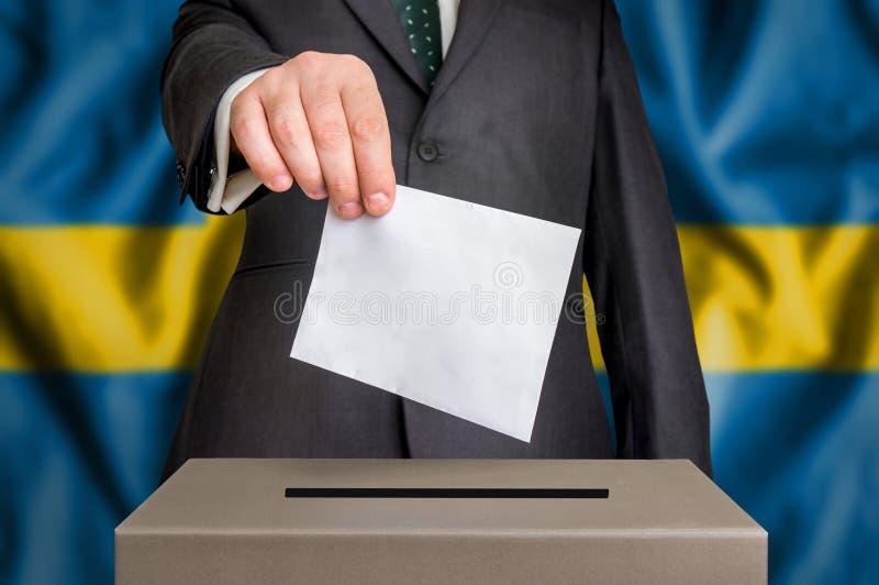 Избрание в Швеции - голосующ на урне для избирательных бюллетеней стоковая фотография rf