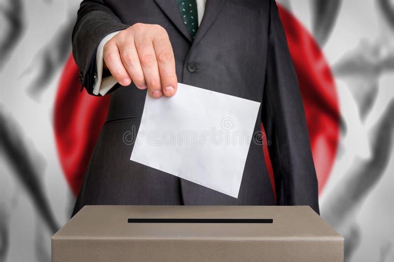 Избрание в Японии - голосующ на урне для избирательных бюллетеней стоковые фото