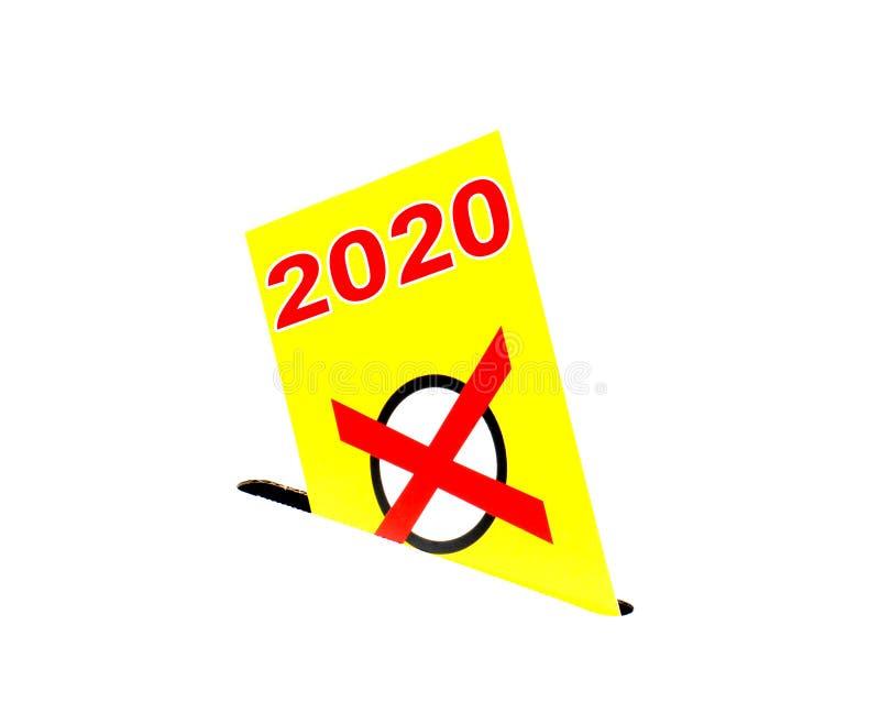 Избрание 2020 - желтый изолированный конверт с урной для избирательных бюллетеней стоковые изображения rf