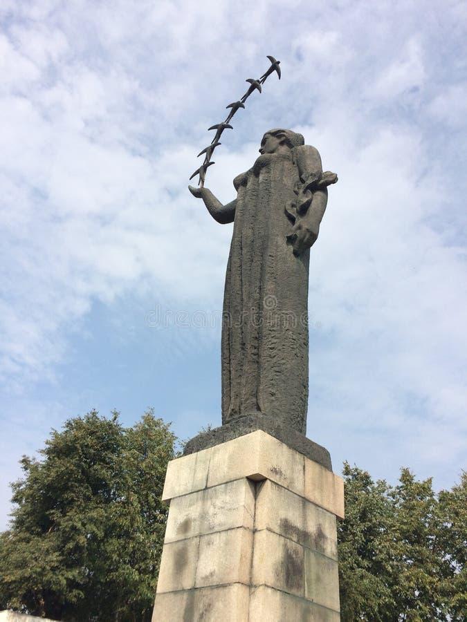 Изваяйте первых ласточек в Вильнюсе, Литве стоковое изображение