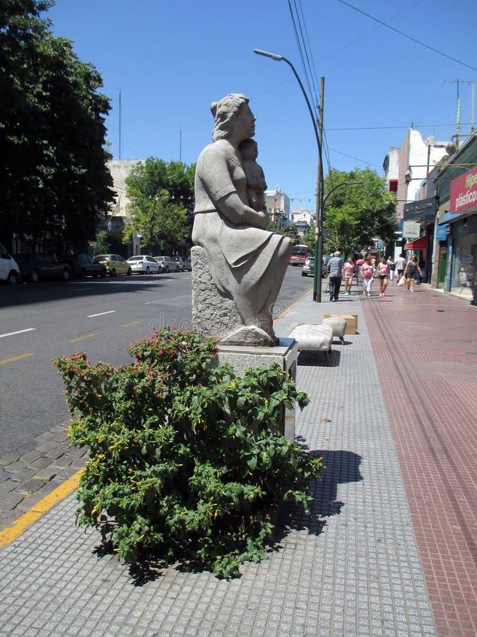 Изваяйте почтение к матери, Франсиско Reyes в Paseo de las Esculturas Boedo Буэносе-Айрес Аргентине стоковые фото