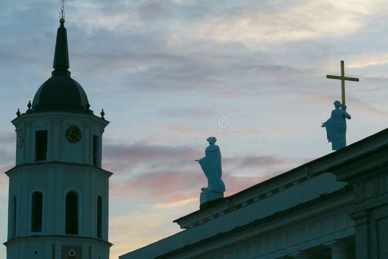 Изваяйте силуэты Острова Св. Елена и Святого Casimir на базилике собора крыши St Stanislaus и St Владислава стоковые изображения rf