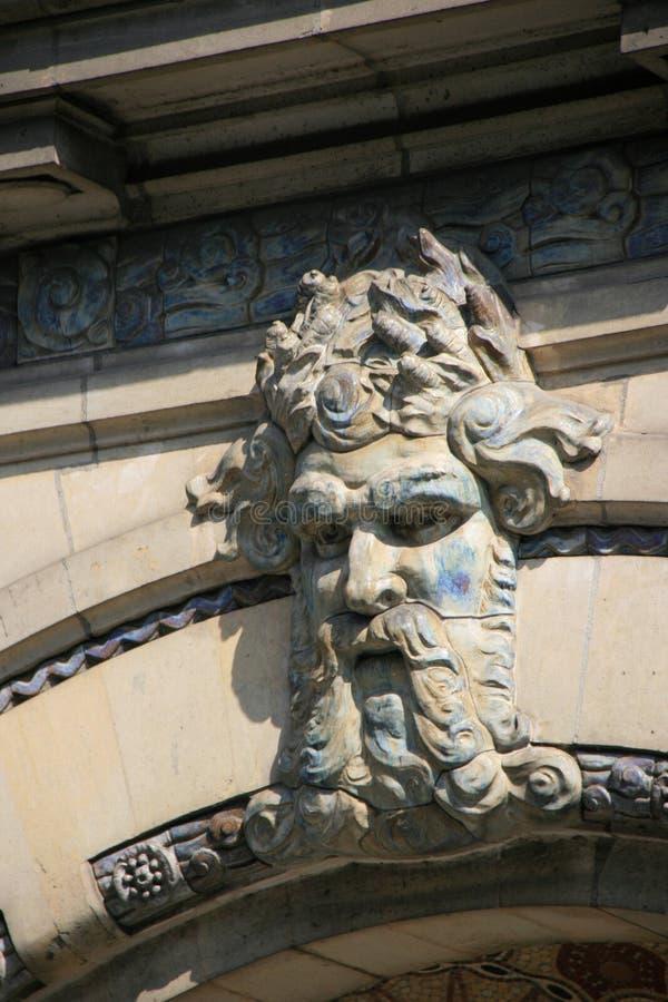 Изваянная голова старика украшает фасад здания (Франция) стоковые изображения rf
