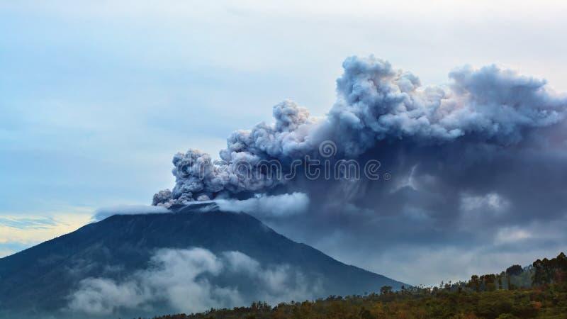 Извержение вулкана Agung держателя Бали - Индонезия, 28-ое ноября 2017 стоковое изображение rf
