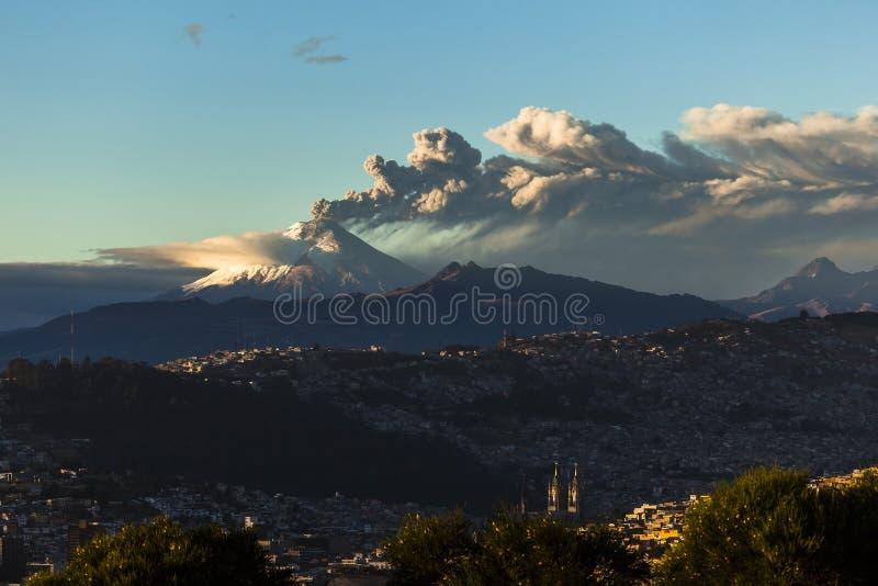 Извержение вулкана Котопакси стоковое фото