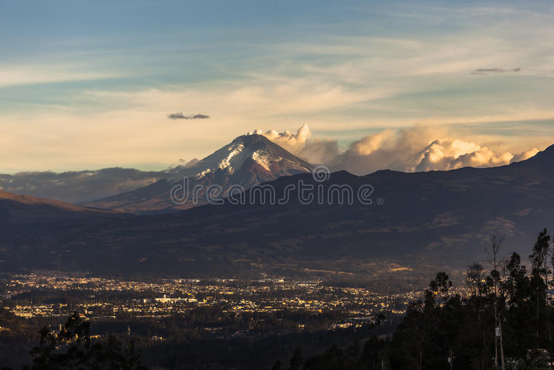 Извержение вулкана Котопакси стоковая фотография rf
