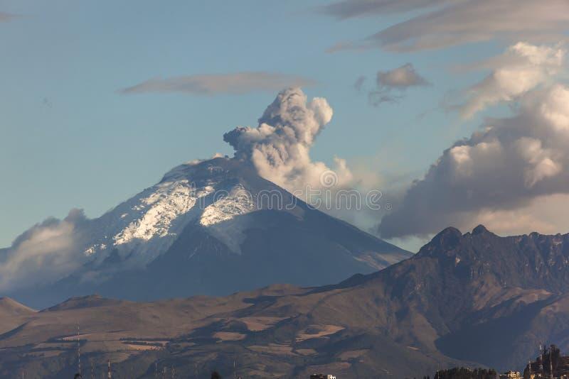 Извержение вулкана Котопакси стоковые изображения rf