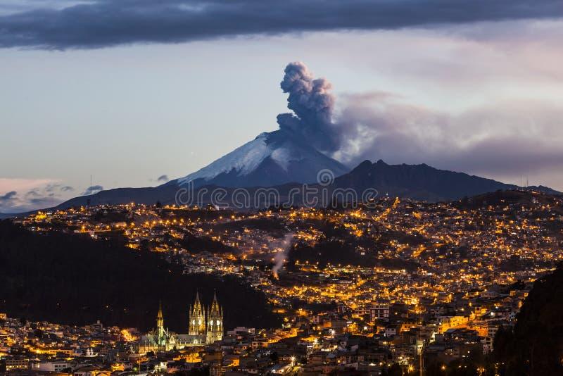Извержение вулкана Котопакси стоковое фото rf