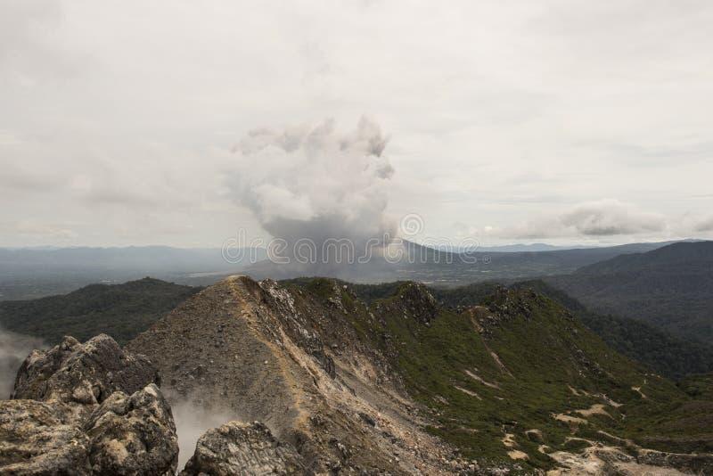 Извержение вулкана Sinabung, Суматры стоковые изображения
