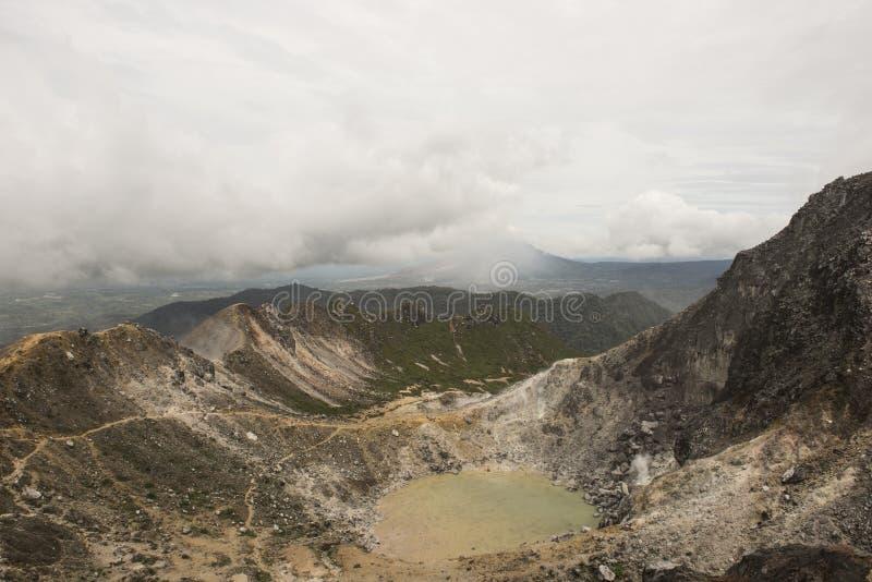 Извержение вулкана Sinabung, Суматры стоковые фото