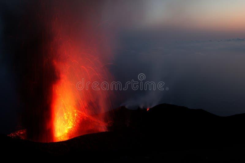 Извержение вулкана Strombli держателя стоковое фото
