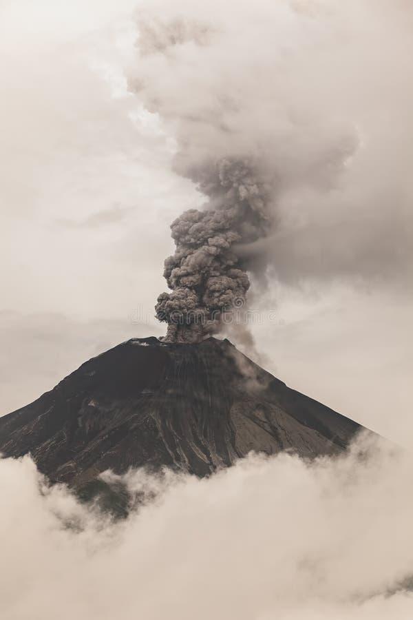Извержение вулкана Tungurahua пламенистое стоковые изображения rf