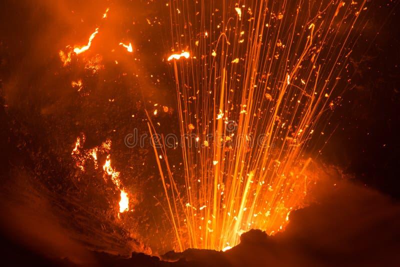 Извержение вулкана Yasur, Вануату стоковая фотография rf