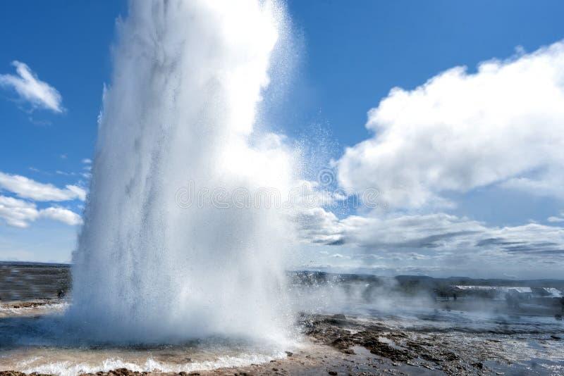 Извержение гейзера в Исландии пока дующ стоковая фотография