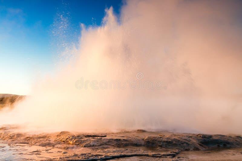 Извержение гейзера фонтана в свете вечера стоковые изображения rf