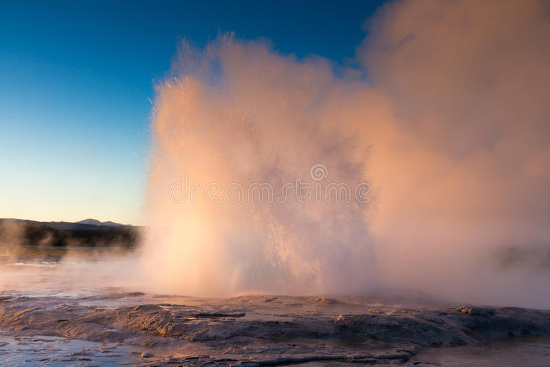 Извержение гейзера Founain в свете вечера стоковые фотографии rf