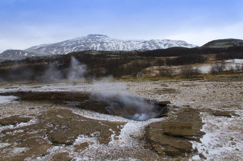 Извержение гейзера Litli в юго-западной части Исландии в геотермической области около реки Hvitau стоковые фото