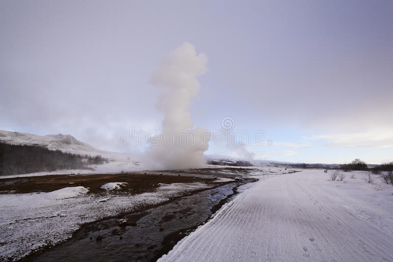 Извержение гейзера Strokkur, Исландии стоковое фото rf