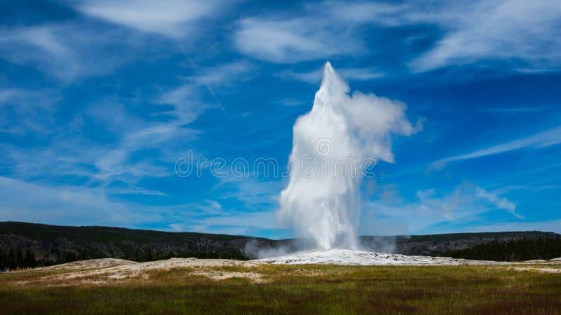 Извержение грандиозной весны в парке yellowstone стоковое изображение rf