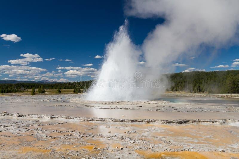 Извержение на большом фонтане стоковые изображения rf