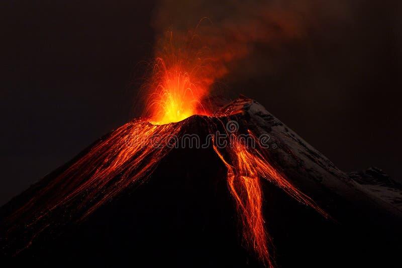 Извержение ночи вулкана Tungurahua стоковое изображение rf