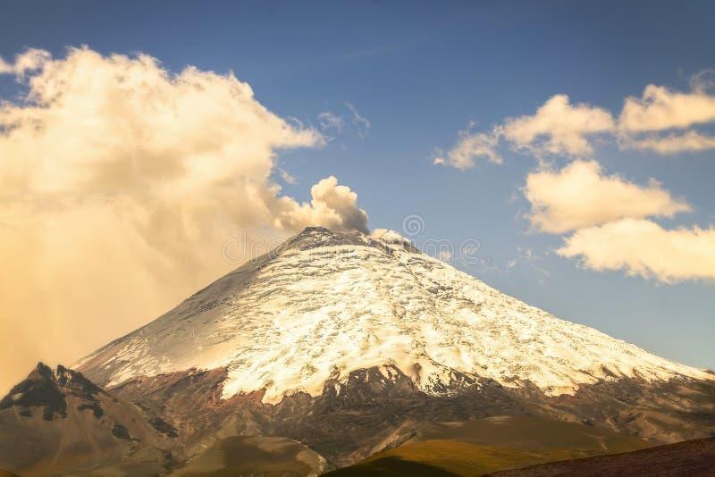 Извержение дня вулкана Котопакси стоковые изображения