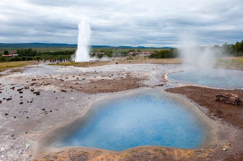Извержение geysir Strokkur, золотой круг, Исландия стоковые изображения