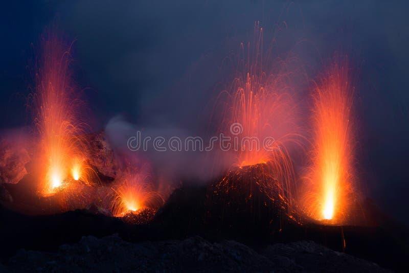 Извержение Stromboli от кратера вулкана с взрывом лавы стоковое фото rf