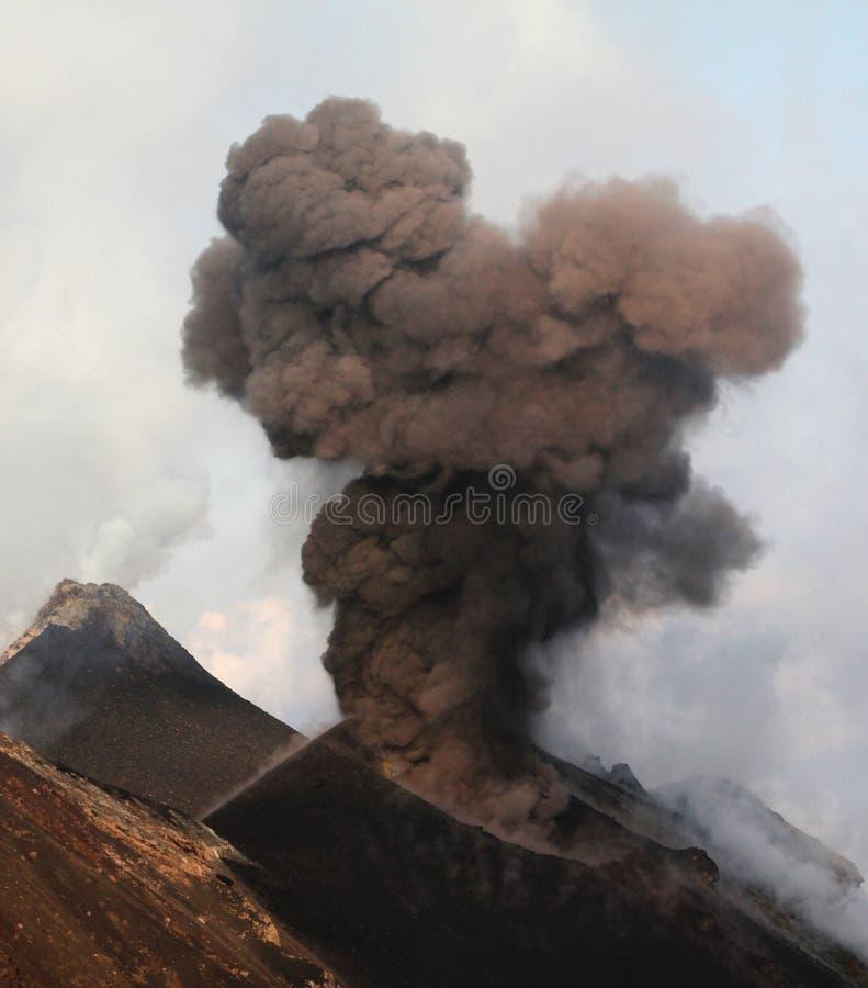 Извержение Strombolian на дневном времени стоковые фото