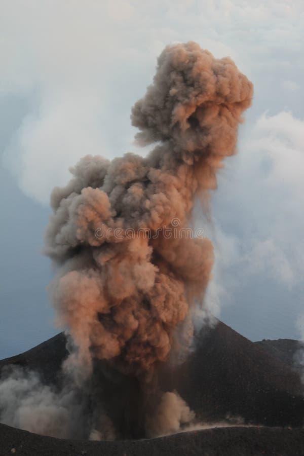 Извержение Strombolian стоковые фотографии rf