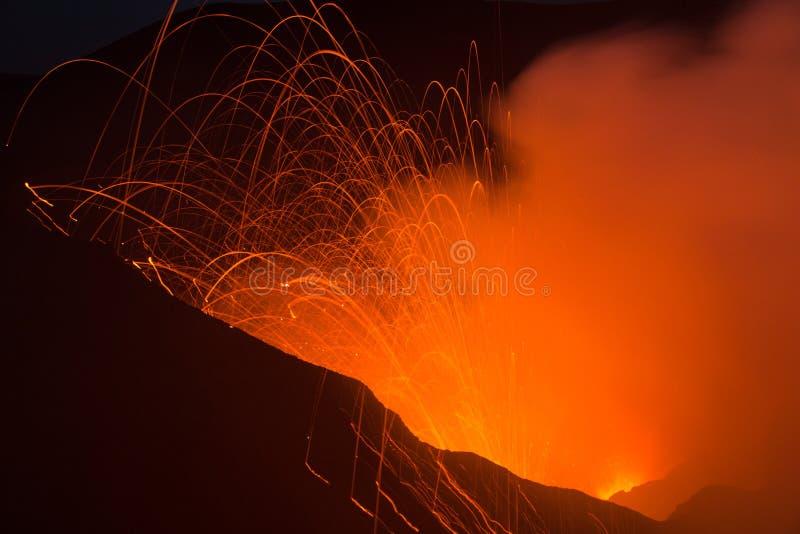 Извержение Yasur вулкана стоковые фотографии rf