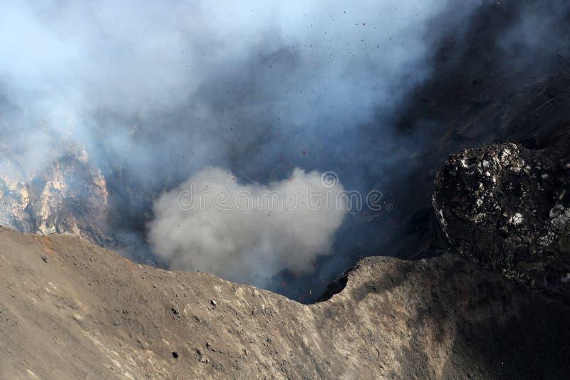 Извержение Yasur вулкана стоковые изображения