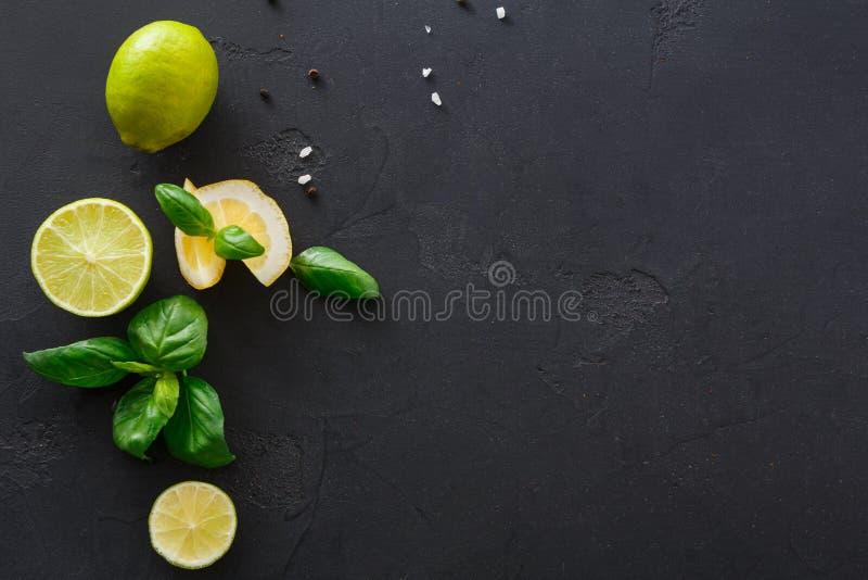 Известка и лимон с мятой на черной предпосылке стоковое изображение