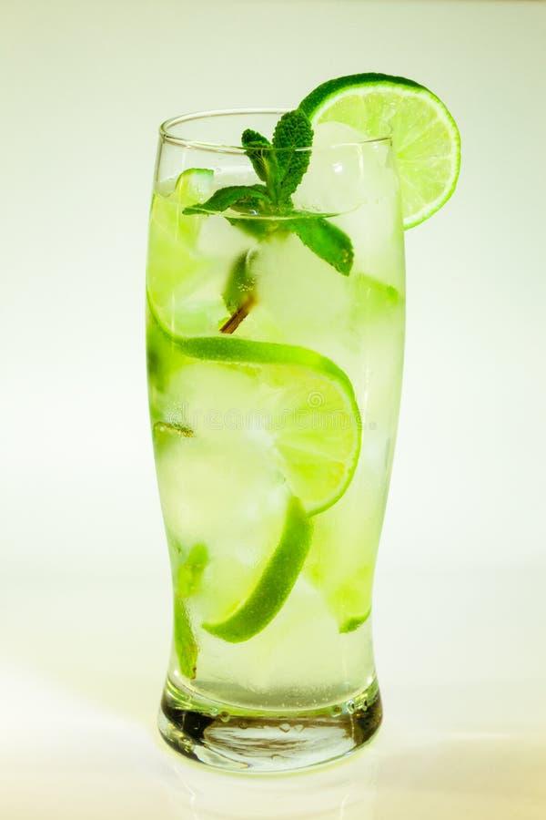 Известка и мята mojito холодного напитка лета с льдом стоковая фотография